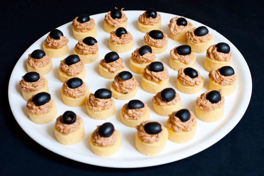 Polenta-Rugeli mit Frischkäse-Tomaten-Mousse